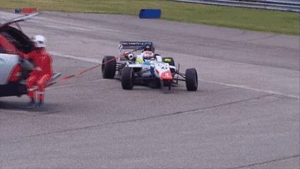 Буксировка автомобиля Формулы 3.