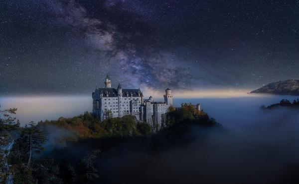 Замок Нойшванштайн под звёздным небом.