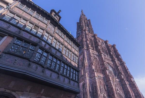 590-летний дом рядом с 578-летним собором в Страсбурге, Франция.