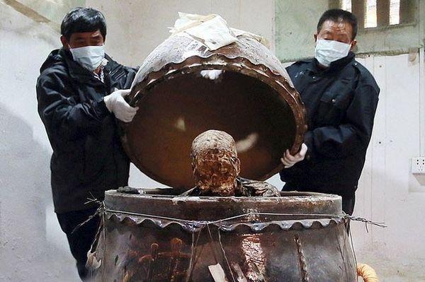 В Китае мумифицированное тело буддистского монаха превратили в золотую статую Китай, буддизм, Буддийские монахи, статуя, Золото, Мумия, тело, Монах, длиннопост