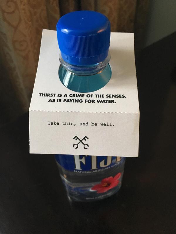 В отеле мне предложили воду с Фиджи вместе с запиской reddit, вода, отель, сервис