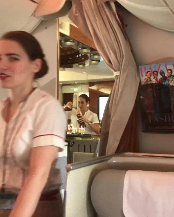 В Emirates Airlines заливают оставшееся шампанское обратно в бутылки Fly Emirates, Самолет, Бортпроводник, Хитрожопость, Gif анимация, Гифка