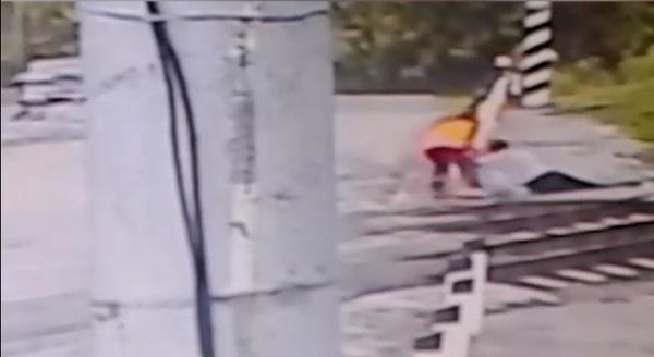 В Кирове дежурная по переезду спасла мужчину, упавшего на пути, от смерти киров, Вятка, герои, РЖД