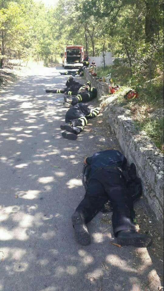 Черногорские пожарные после сражения с огнём всю ночь