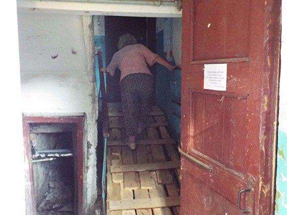 В Кургане пенсионеры неделю не могут выйти из дома Курган, бардак, Коммунальщики, всем насрать, лестница, капремонт, разруха