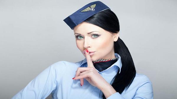 Почему стюардесса прячет руки за спину, когда встречает пассажиров? стюардесса, пассажиры, авиакомпания, секрет, длиннопост