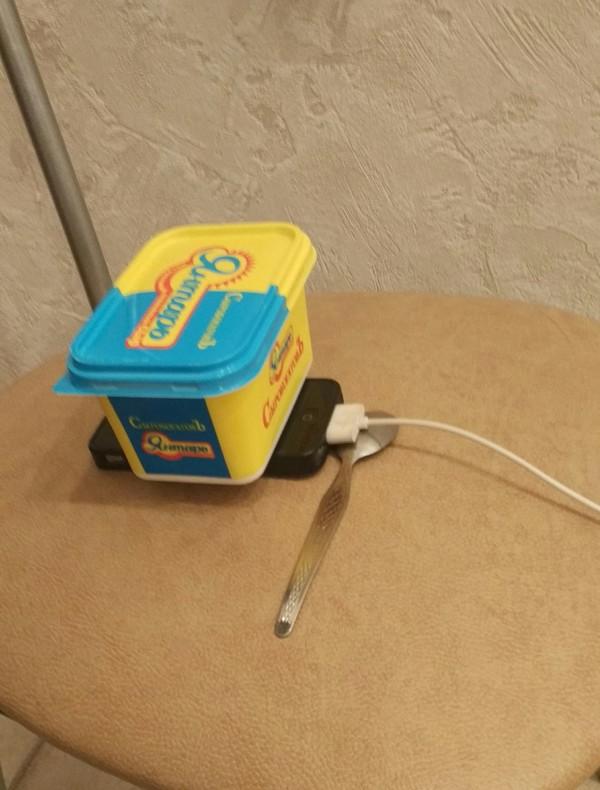 Заряд пошёл зарядка для телефона, не работает, сыр, ложка, стул