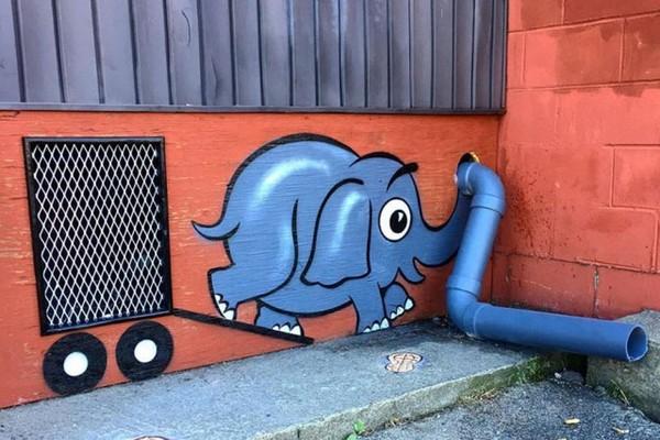 Просто слоник дует в водосточную трубу)