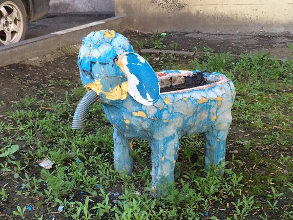 Любимый дворовой слоник в Саратове. Омск? Саратов vs Омск, игрушки, двор, священная битва