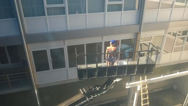 А в вашем офисе моют окна? стройная, девушки, моет, окно, радует