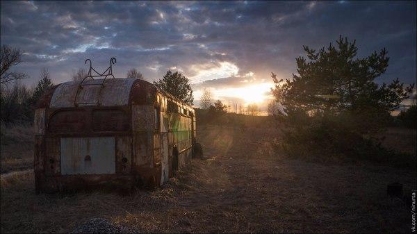 Вечер на машинно-тракторной станции. Чернобыльская зона. урбанфото, заброшенное, чернобыльская зона, копачи, постапокалипсис, сталкер, урбантуризм, закат, длиннопост
