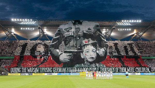 Поляки перед футбольным матчем развернули баннер с пистолетом у виска ребенка Футбол, Фашисты, Поляки