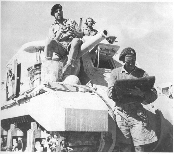 Танкисты, на броне M3 Grant, 1942 год, Итальянская Ливия. танки, история, вторая мировая война, Великобритания, Африка, черно-белое, фотография, M3 Grant