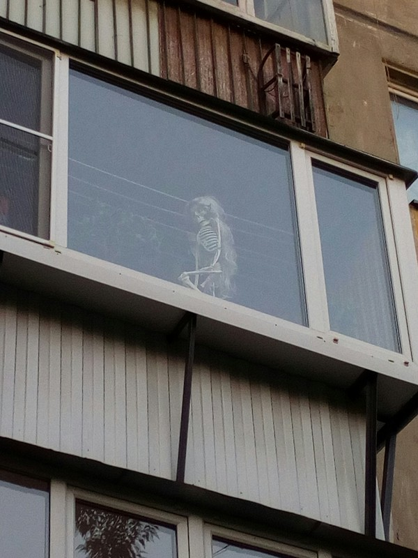 В то время, как весь мир хранит свои скелеты в шкафах, в Челябинске это делают на балконах. челябинск, скелет, балкон, длиннопост