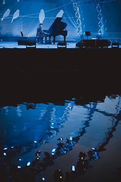 Фото с концерта Кирилла Рихтера Кирилл Рихтер, концерт, неоклассика, сцена на воде, Зеленый театр, длиннопост