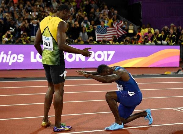 Джастин Гатлин после победы на Чемпионате Мира в 100-метрововом забеге поклонился Болту Усейн Болт, Легкая атлетика, 100 метров, Легенда