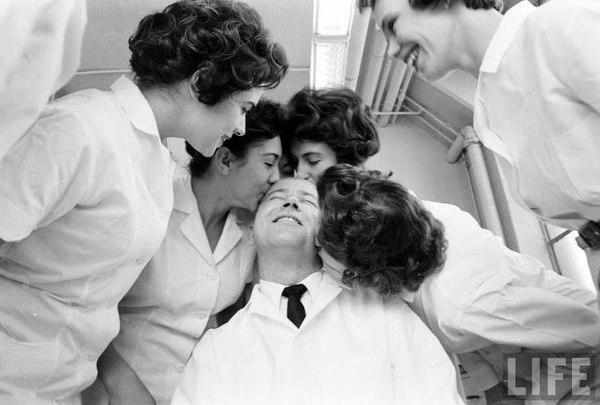 Фото из прошлого. Мужчина должен быть лысым: лучшая работа в мире — тестировщик губной помады прошлое, 20 век, фотография, помада, Тест, США, ретро, косметика, длиннопост