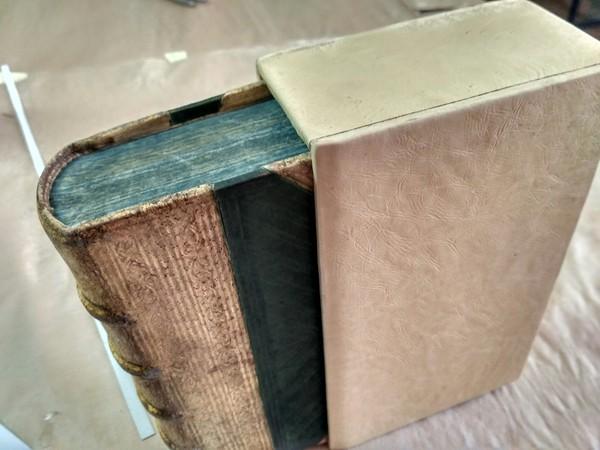 Переплетая мастерская:подделка под XVI-й век книги, кожа, реставрация, длиннопост
