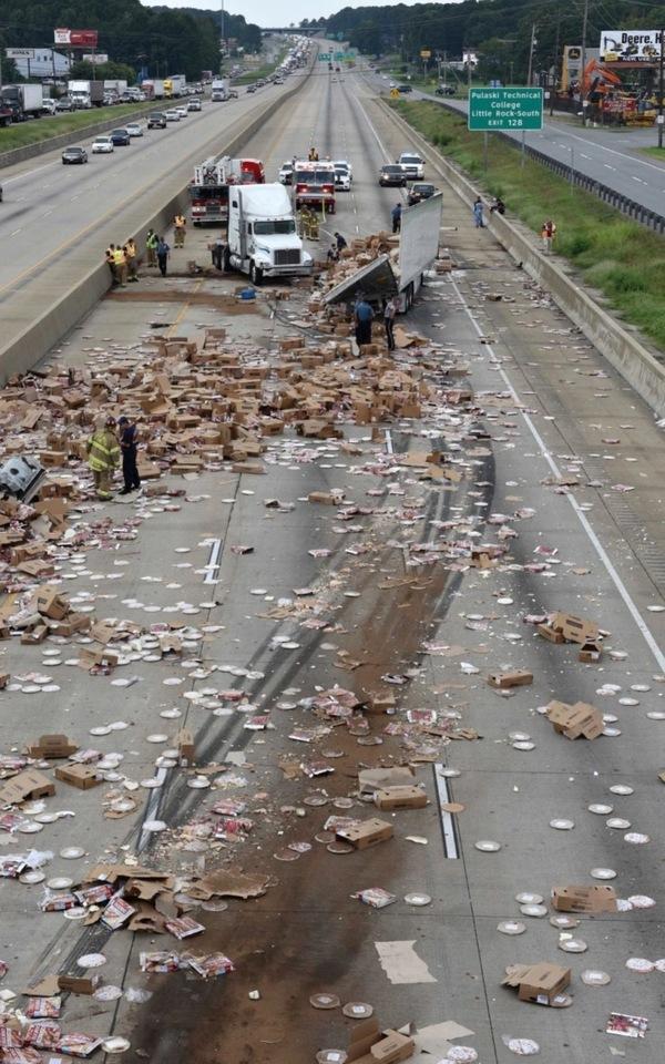 В результате аварии пицца рассыпалась на дороге пицца, авария, шоссе, грузовик, фура, автомобилисты, машина