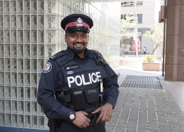 Полицейский из Торонто купил одежду парню, который пытался её украсть для собеседования полицейский произвол, канада, работа полиции, кража, интервью
