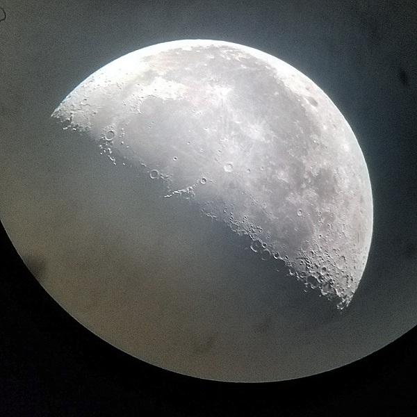 Луна сегодня Луна, телескоп, телефон