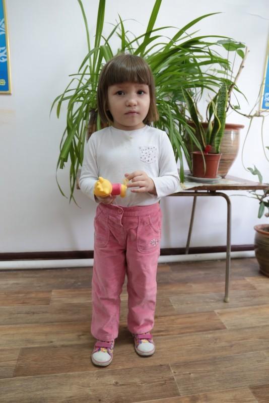 Маленькие девочки задирают юбки