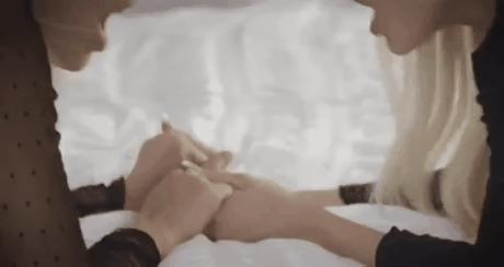Две девушки держаться за руки во время землетрясения...