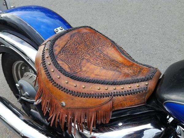 Сидушка на мотоцикл с тиснением. Молот тора Мото, кожа, тиснение по коже, сиденье, натуральная кожа, мотоциклы, молот тора, длиннопост