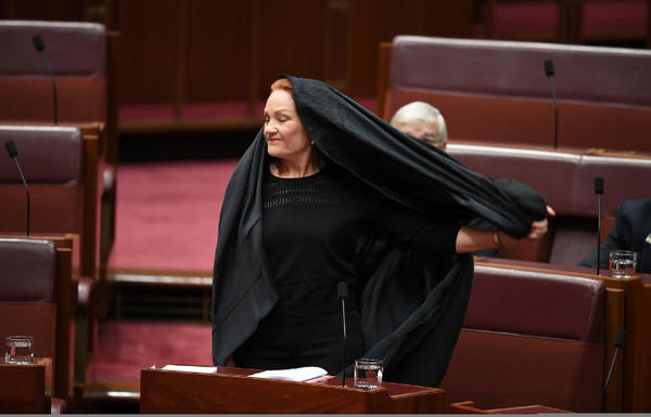 Лидер австралийской партии пришла на заседание сената в бурке Политика, Австралия, Полин Хэнсон, никабе, одежда, бурка, религия, интерфакс