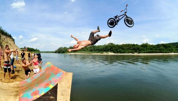 Вот ответьте - как и нафига? велосипед, прыжки в воду, весело жить, Будет весело говорили они, фан джампинг