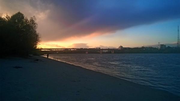 Сегодняшний закат в Омске с необычного ракурса.