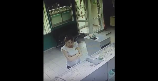В Нерюнгри был ограблен ювелирный магазин. Пользуясь этим сотрудница магазина совершила кражу золота. Якутия, Нерюнгри, ювелирный салон карат, ограбление, Золото, Видео