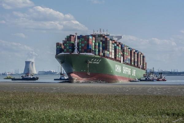 Хорошо сидит. контейнер, Корабль, Судно, сел на мель
