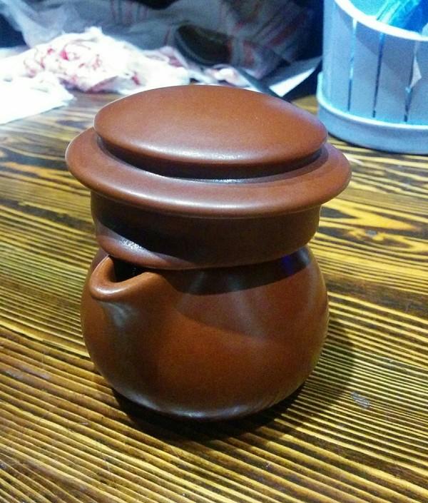 Молочник с крышкой от чайника похож на дерзкого деревенского парнишу