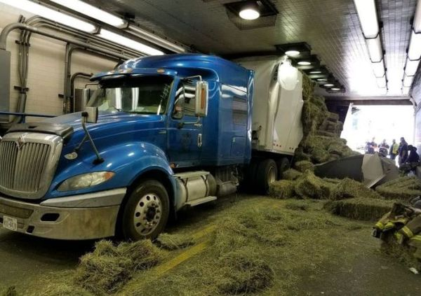 В США грузовик застрял в тоннеле, из-за того что водитель не учел высоту Америка, США, тоннель, грузовик, авария, Происшествие, дорога, сено, длиннопост