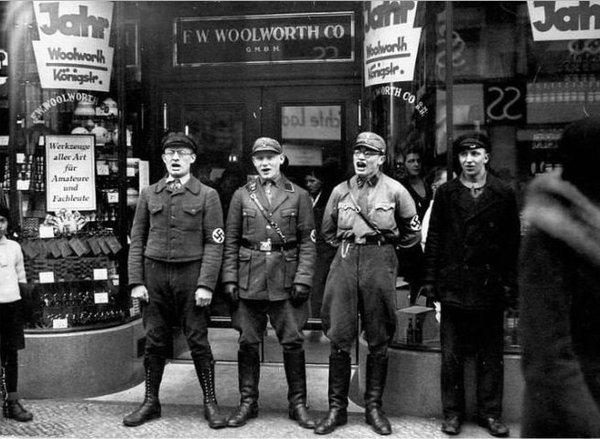 """Нацисты поют песню призывая бойкотировать еврейский магазин. Оденьте на них вышиванки, напишите на магазине """"Сбербанк"""" и будет вам Украина))"""