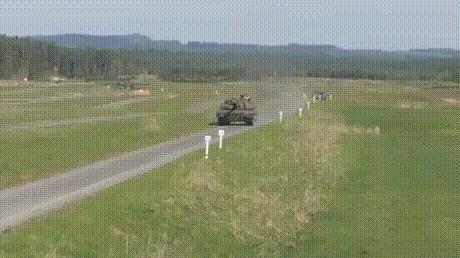 Французский танк разносит машину