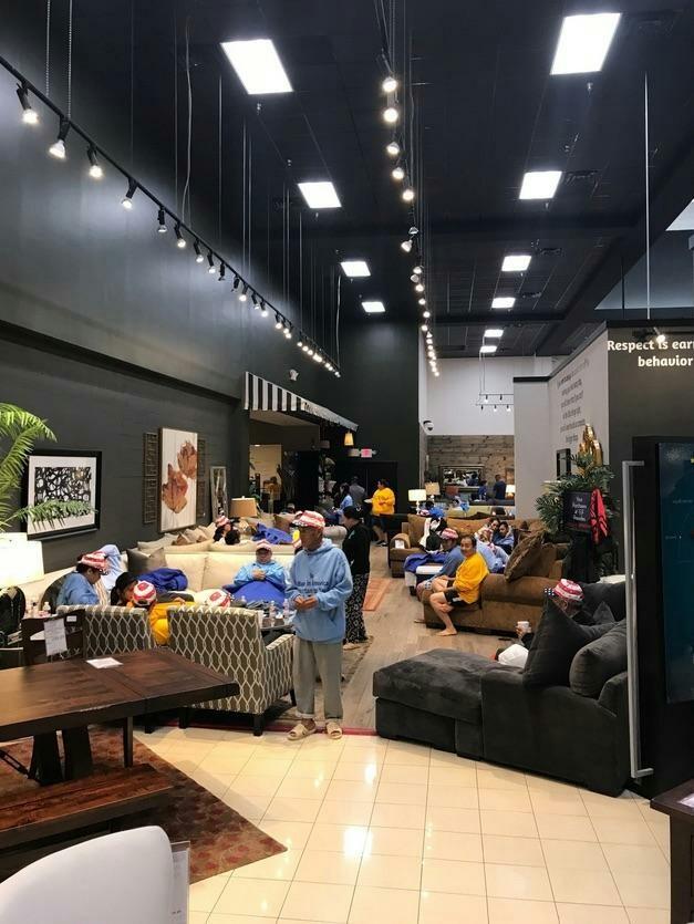 Мебельный магазин предоставляет убежище нуждающимся во время урагана Харви