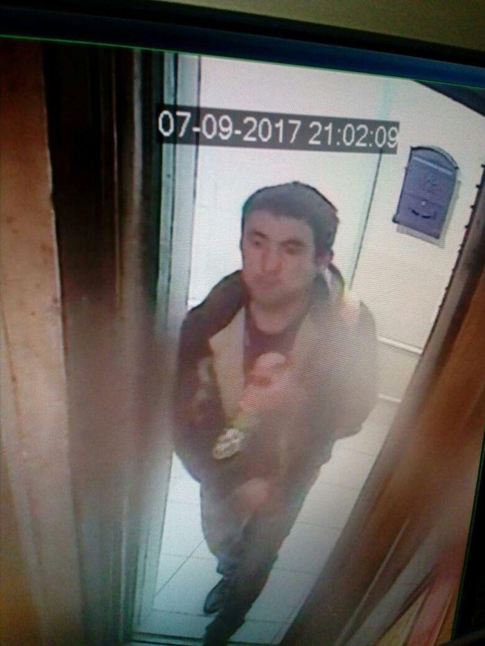 Видео секс парни поймали женщину в ванной а она пыталась спрятатся