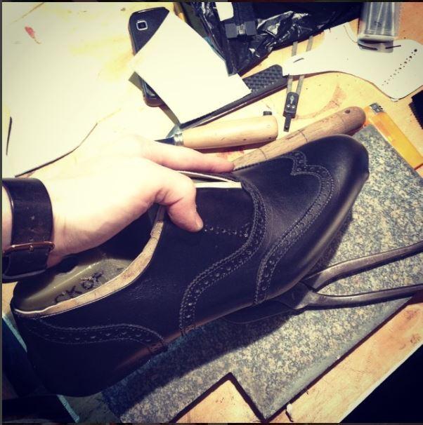 d11e97914 Создание пары мужских брогированных оксфордов Мужская обувь, Ручная работа,  Рукоделие, Как это сделано. наносим воск специальным инструментом ...