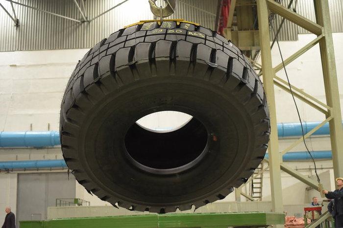 """""""Белшина"""" выпустила гигантскую шину весом 5,7 тонны и высотой более 4 метров Белшина, Белаз, Komatsu, Caterpillar, Длиннопост"""