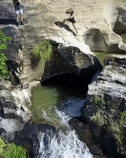 Прыжок в бассейн у водопада