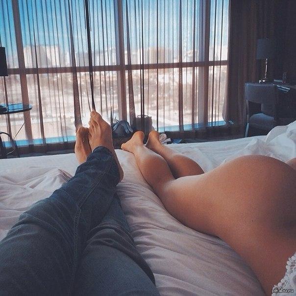 Девушки валяются на кровати полуголые, смотреть полнометражный порно фильм нежные киски