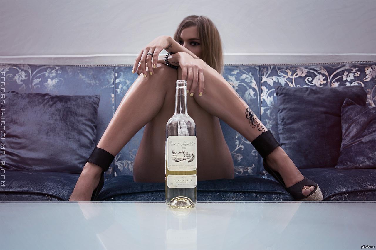 Суёт бутылку от шампанского, Села на бутылку -видео. Смотреть Села на бутылку 15 фотография