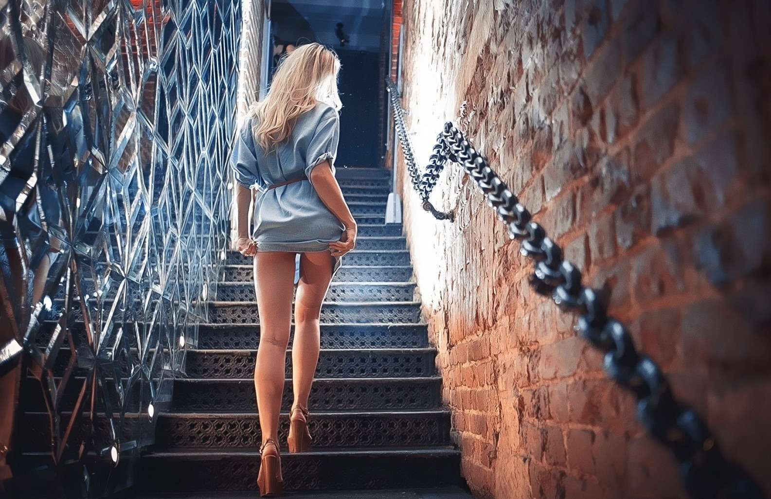 девушка на лестнице фото