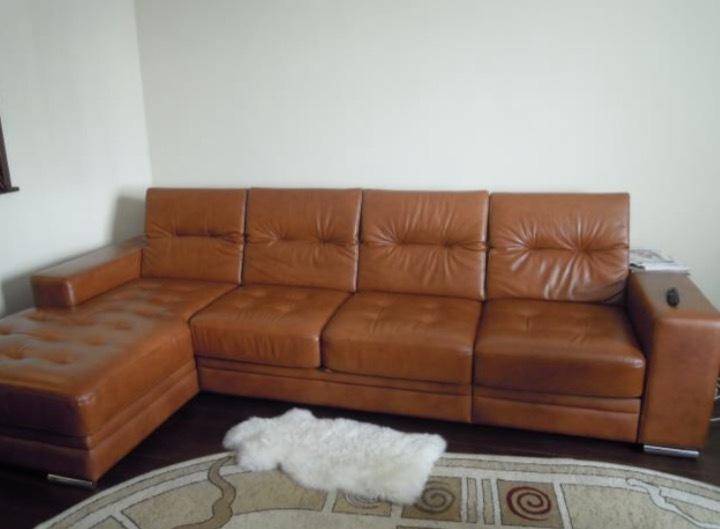 Сосет на кожаном диване